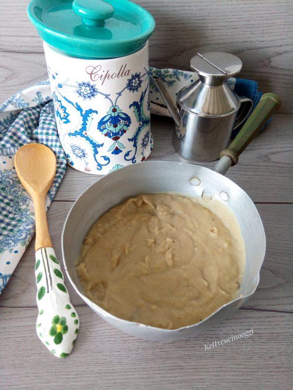 Quando il <b>macco di fave</b> sarà pronto, togliamo le foglie di alloro e con un frullatore a immersione lo frulliamo sino a renderlo  purea.