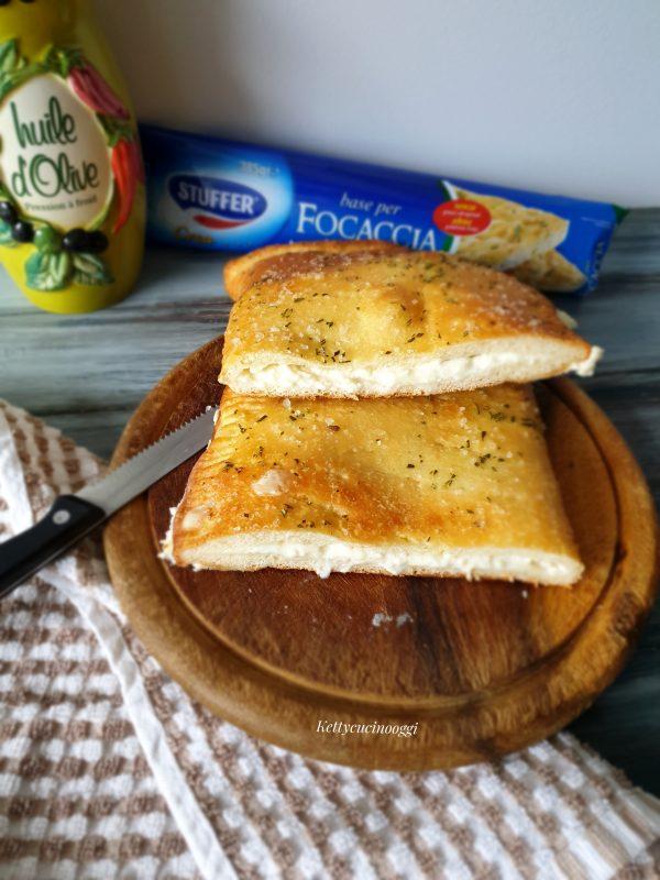 La nostra  <i><b>focaccia salata ai formaggi </b></i>  è pronta per essere portata a tavola, lasciamo raffreddare qualche minuto prima di tagliarla.