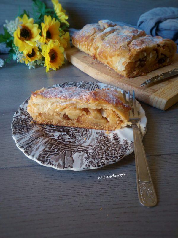 Il nostro <i><b>strudel di mele con mandorle e noci pecan</b></i> è pronto in tutta la sua bellezza e bontà.