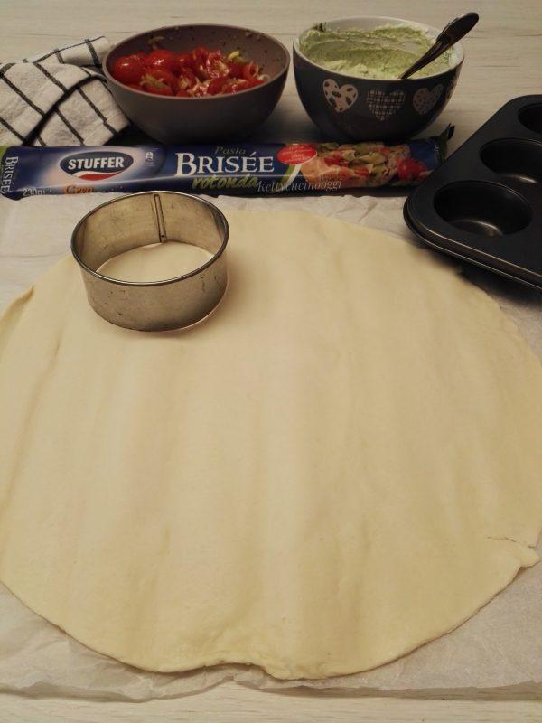 Una volta realizzati i cerchi, tagliamo la carta a forno a quadretti e andremmo a mettere il disco di <b>pasta brisée</b>.