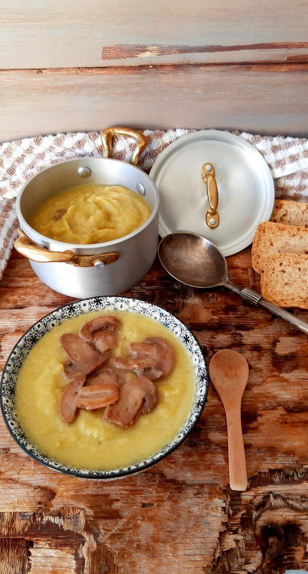 Ed ecco qui la nostra  <i><b>vellutata di sedano rapa champignon e zafferano</b></i> pronta da servire a tavola, ricordiamoci di accompagnarla con dei crostini di pane.