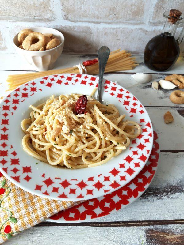 Servire gli <i><b>spaghetti aglio olio peperoncino ammollicati</b></i> ben caldi nei piatti da portata e aggiungere i taralli tostati.