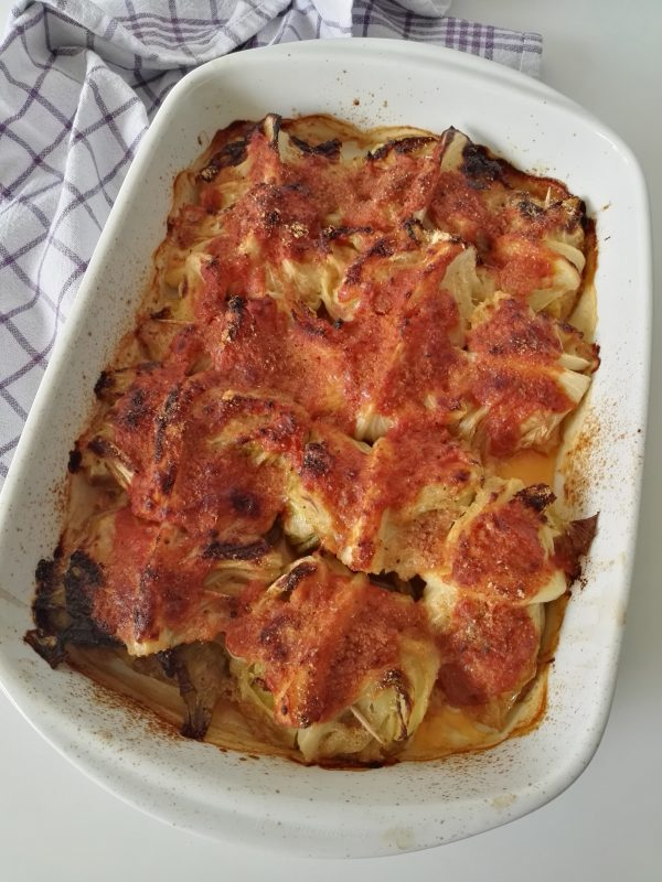 I nostri <i><b>involtini di verza con salsiccia e scamorza al forno</b></i>   sono pronti per essere portati a tavola.