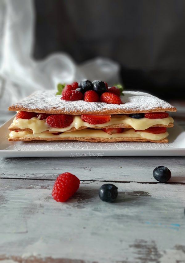 La nostra bellissima e buonissima <i><b>millefoglie crema e frutti rossi</b></i> è pronta per essere servita.