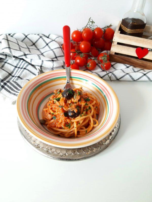 I nostri  <i><b>spaghetti al sugo tonno capperi e olive</b></i> sono pronti per essere serviti a tavola ben caldi.