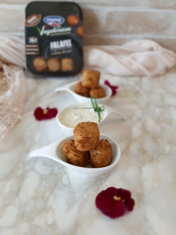Serviamo la  <i><b>salsa allo yogurt greco alle erbe</b></i> accompagnandola con le <b>falafel</b>