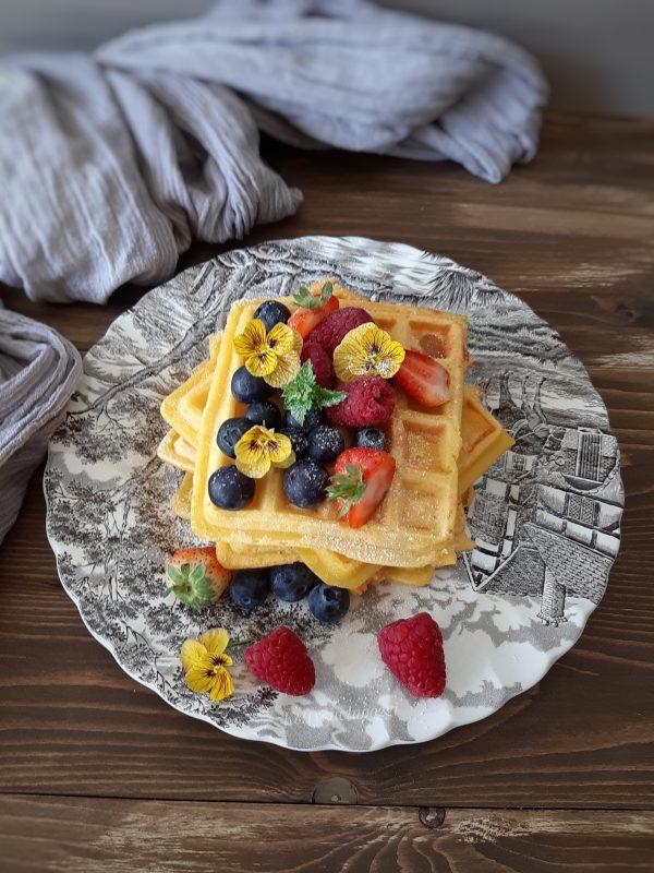 Una volta pronti i nostri i nostri <i><b>waffel dolci ai frutti rossi</b></i> li possiamo guarnire come più ci piace.