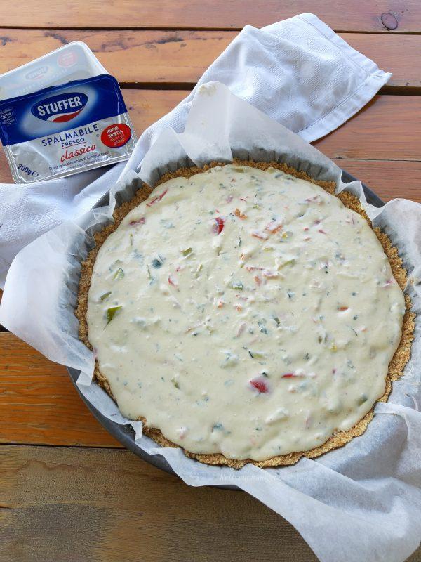 Farciamo la <i><b>cheesecake</b></i> livelliamo bene e la inforniamo a forno statico a 160° per circa 30 minuti.