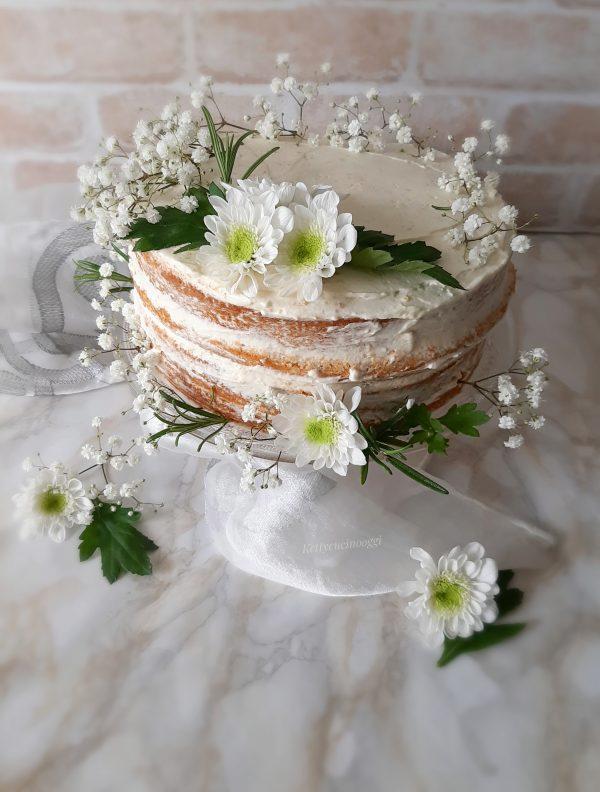 Una volta pronta la nostra torta decoriamo con fiori freschi e mettiamo in frigorifero almeno due ore prima di fare il taglio.
