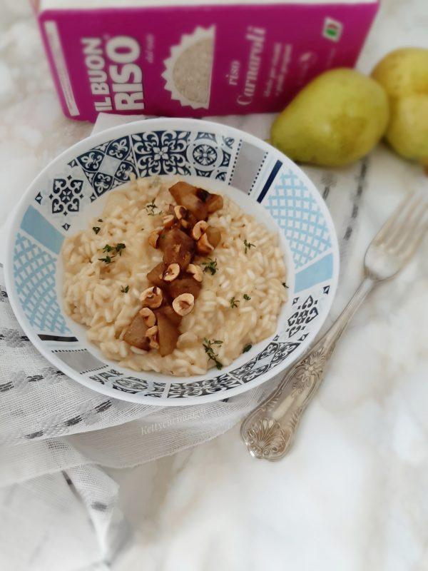 Serviamo il <b>risotto</b>  aggiungendo le<b>pere</b> caramellate, le noci il timo fresco  e concludiamo con la glassa di aceto balsamico.