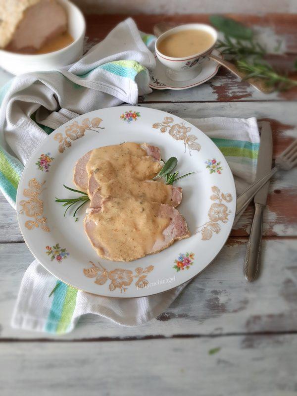 Tagliamo le fette di carne e irroriamo con la sua salsina, servire a tavola ben caldo, magari accompagnato da un buon purè di patate.