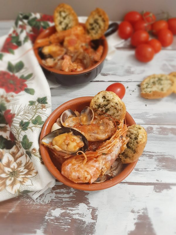 La nostra <i><b>zuppa di pesce misto</b></i> è pronta per essere servita a tavola, per personalizzarla possiamo metterla dentro le coccote con i crostoni di pane aromatizzati all'aglio e prezzemolo per accompagnarla.