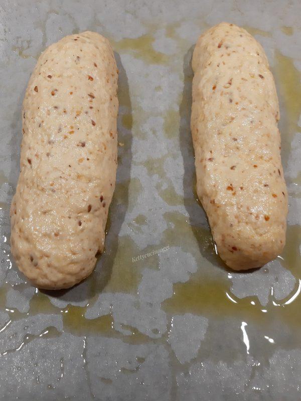 Diamo la forma al <b>pane</b> (io ho fatto due filoncini) li poniamo su una leccarda rivestita da carta a forno oleata.