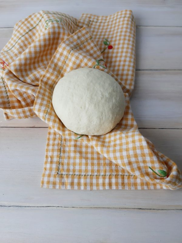 Deve risultare compatto e liscio, formiamo una palla, copriamo con un canovaccio e lasciamo riposare per almeno 30 minuti.