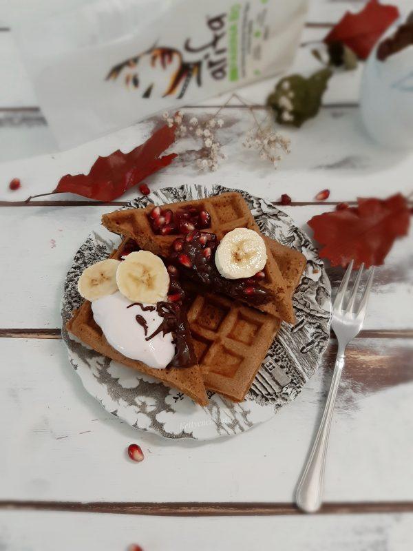 Serviamo i nostri <b>waffle</b> con la ganache al cioccolato, yogurt e frutta fresca, io ho usato melagrana e banane.