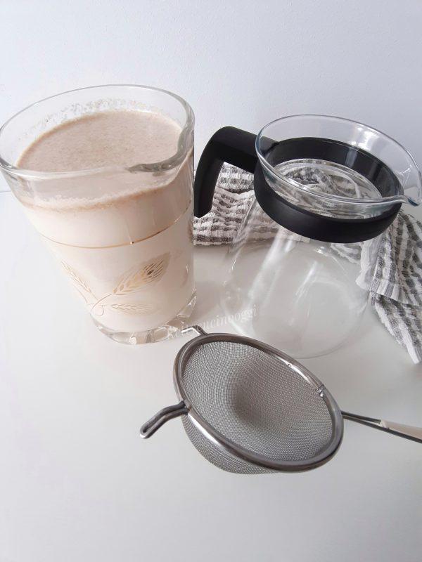 Aggiungiamo il resto dell'acqua 450 ml al liquido ottenuto mettiamo l'estratto di vaniglia e addolciamo con il miele.