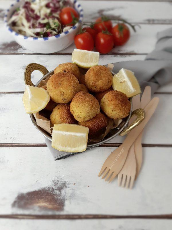 Una volta pronte, portare a tavola con fette di limone e accompagnati da una fresca insalata.