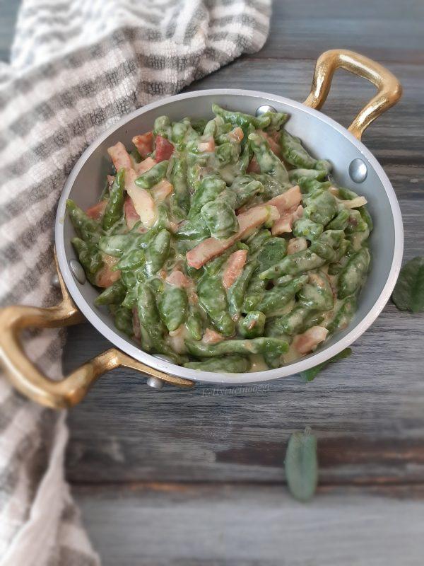 I nostri <i><b>spatzle agli spinaci con speck e taleggio</b></i> sono pronti per essere serviti ben caldi.
