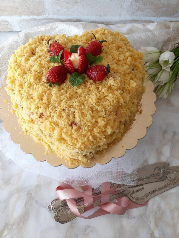 Mettere la torta in frigorifero per almeno un ora prima di servirla.