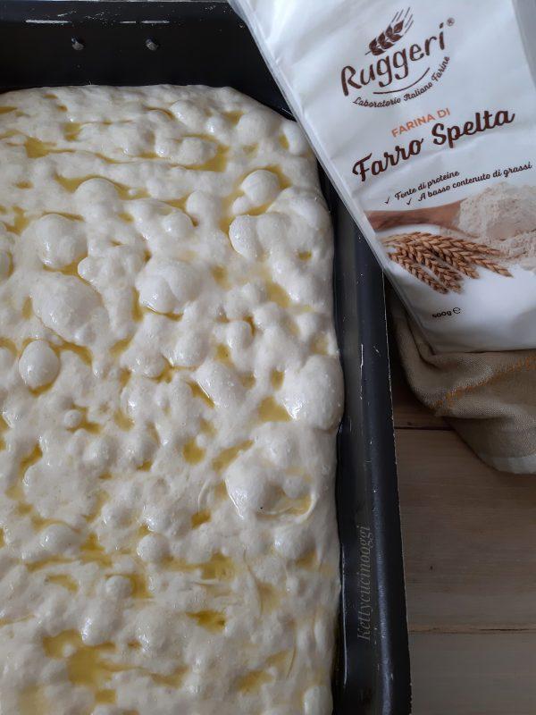Prima di mettere in forno la focaccia con i polpastrelli delle dita unti fare le fossette su tutto l'impasto, aggiungere l'emulsione e infine il sale grosso.