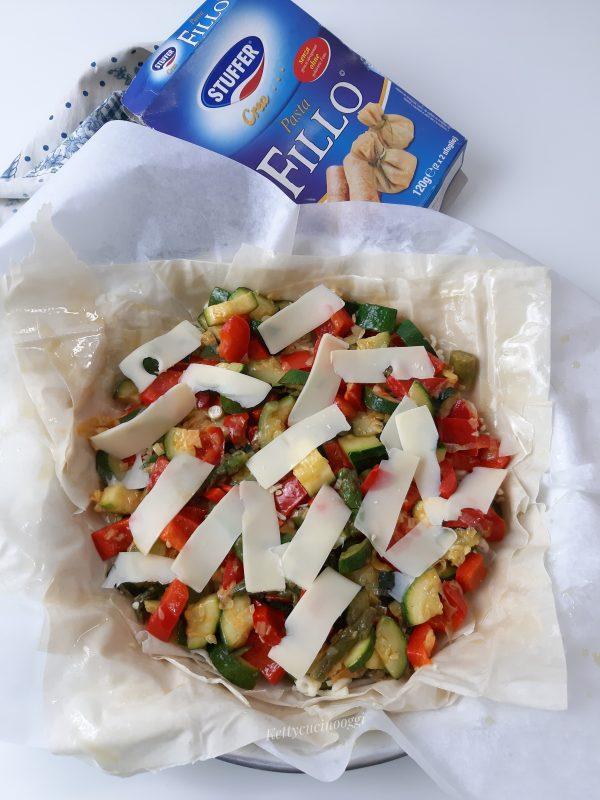 Mettiamo sul fondo fettine di formaggio emmentaler quindi aggiungiamo le <b>verdure</b> fredde e per ultimo altre fette di formaggio.