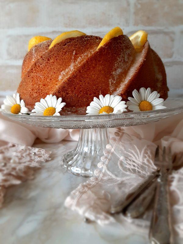 Una volta sfornato la torta, lasciamo raffreddare mettiamo la glassa al limone e spolveriamo con zucchero a velo.