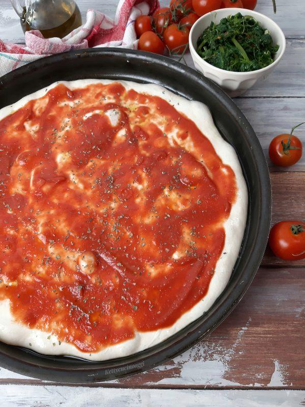 Quando la nostra <b>pizza</b> sarà lievitata, mettiamo la passata di pomodoro.