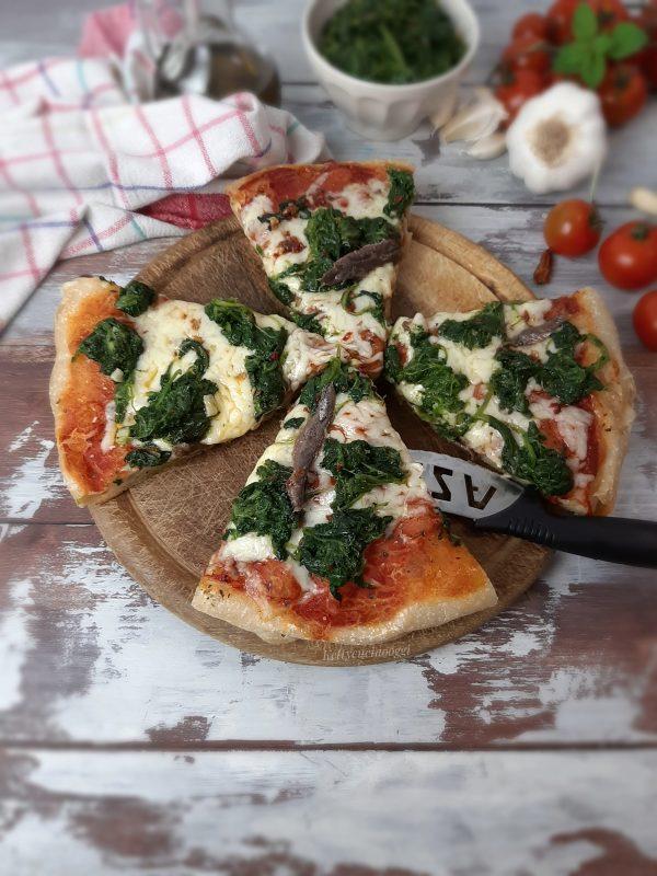 Una volta pronta lasciamo riposare qualche minuto, ecco come si presenterà la fetta di <b>pizza</b> una volta tagliata.