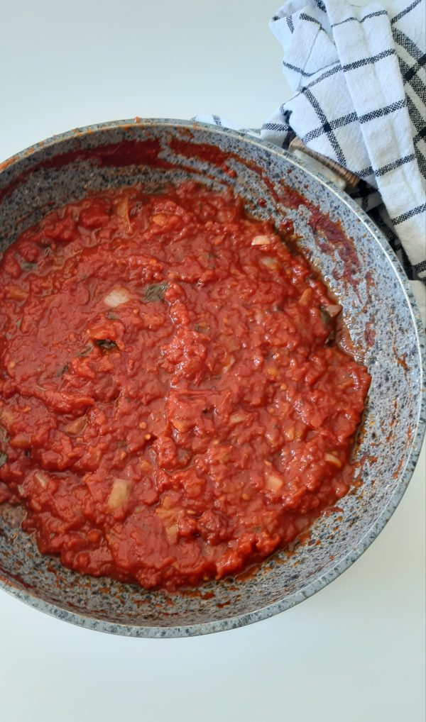 Facciamo cuocere a fuoco lento sino a quando la salsa non si addenserà.