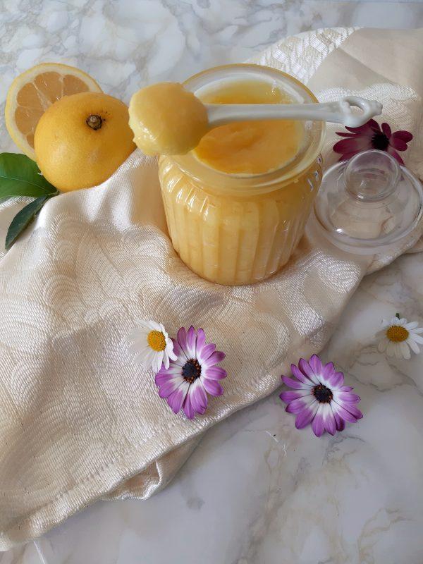 La nostra lemon curd è pronta, lasciamo raffreddare in frigorifero almeno 1 ora prima di usarla.