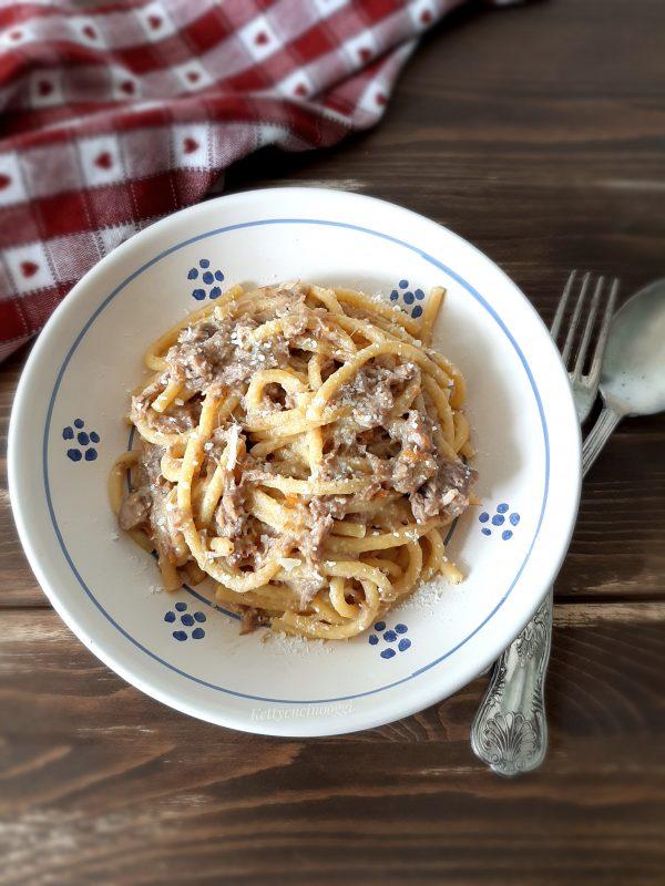 Una volta che il sugo sarà pronto possiamo condire la pasta, spolverizziamo con del pecorino e serviamo a tavola.