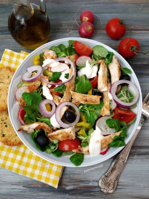 Una volta assemblata possiamo portare a tavola la nostra fresca insalata, accompagnata da qualche crostino di pane.