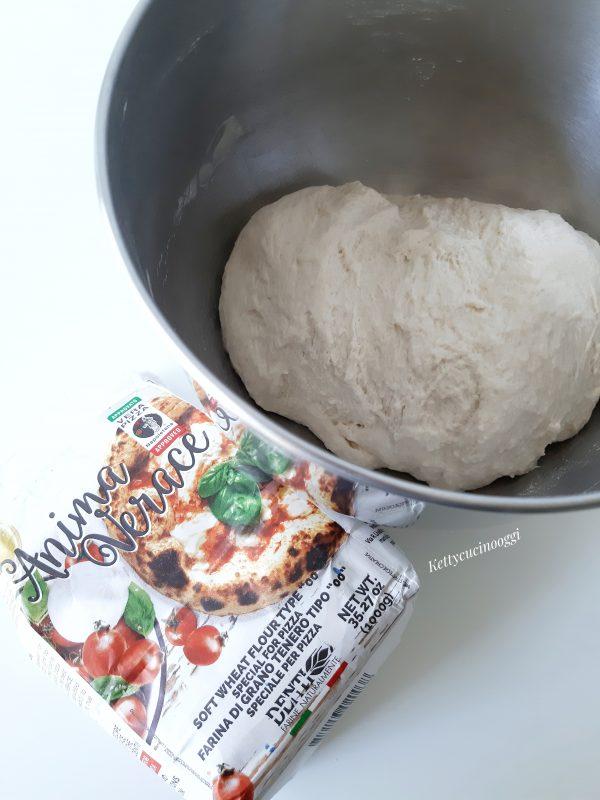Dopo 5 minuti aggiungiamo il sale e continuiamo a impastare sino a incordatura, ci vorranno 15 minuti.
