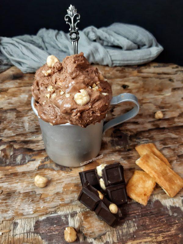 Una volta trascorso il tempo possiamo servire il nostro gelato alla nutella con le nocciole in coppette, o sul cono.