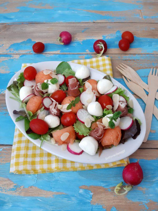 Serviamo <i><b>Insalata misticanza con melone</b></i>  condita con la vinaigrette e foglioline di origano fresco.