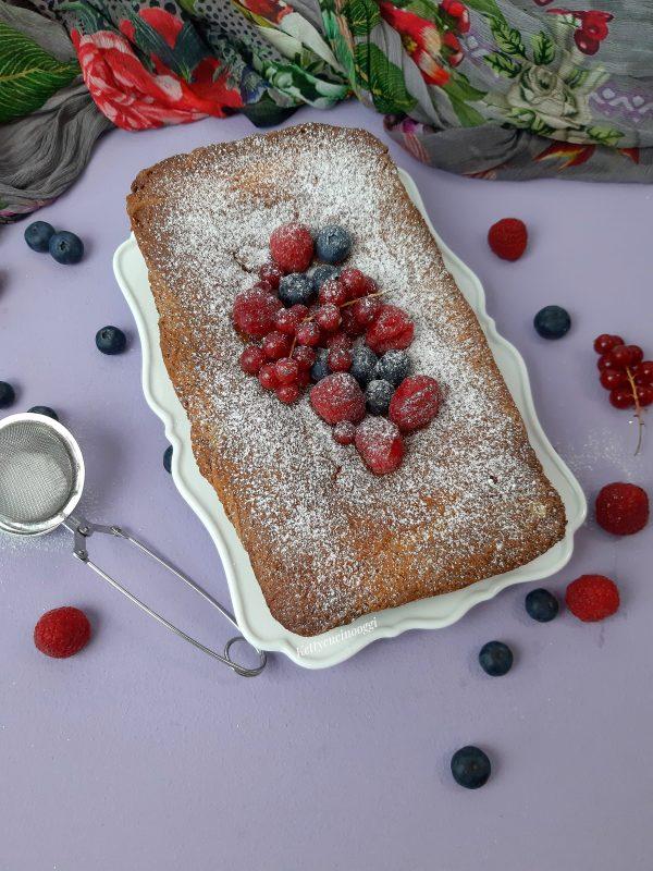 Spolveriamo con zucchero a velo, a piacere possiamo aggiungere dei frutti rossi.