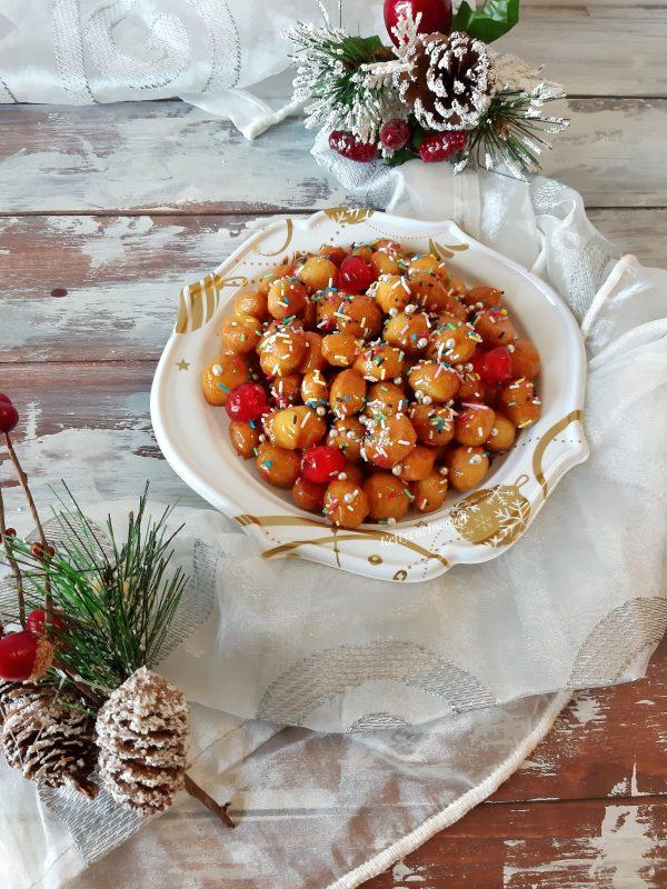 Decoriamo con i diavolini, le ciliege candite e i confettini argentati, ecco i nostri dolcetti pronti da mettere a tavola.
