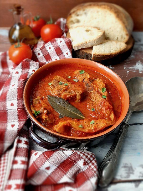 Servire in un piatto da portata aggiungendo dell'origano fresco, accompagnato da un buon pane casereccio.