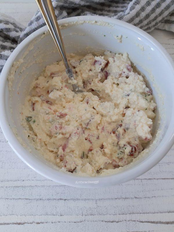 Mettiamo la ricotta, l'uovo, formaggio grattugiato, prezzemolo infine il salame.