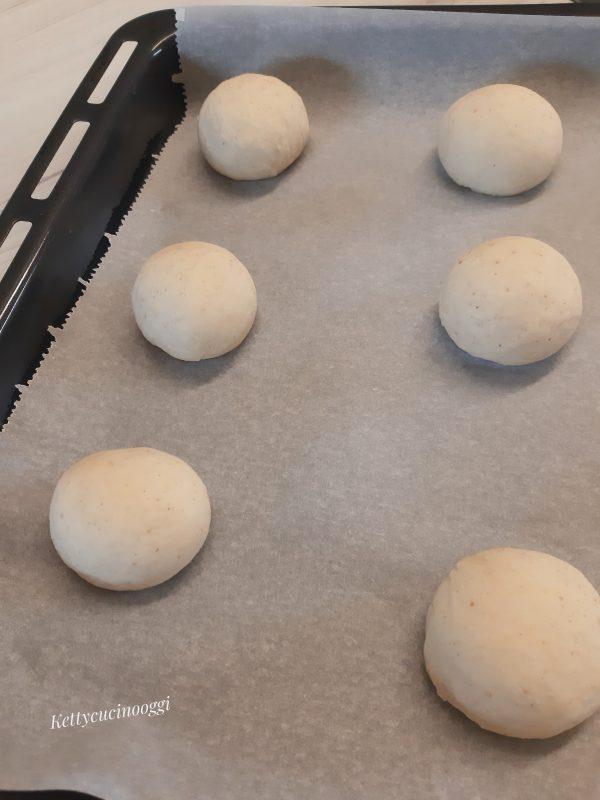 Sistemiamo i panini così formati su una teglia rivestita con della carta da forno, distanziati tra loro.
