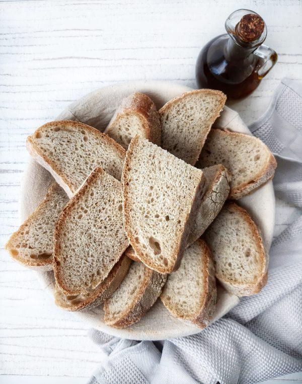 Una volta raffreddato del tutto possiamo taglire le fette e portarea tavola il nostro pane.