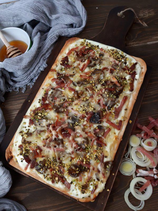 Una volta pronta aggiungiamo i pistacchi e concludiamo con del miele di tiglio.