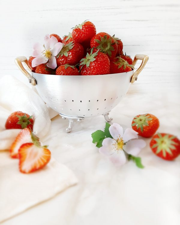 Laviamo accuratamente le fragole, privandole poi del ciuffo verde.