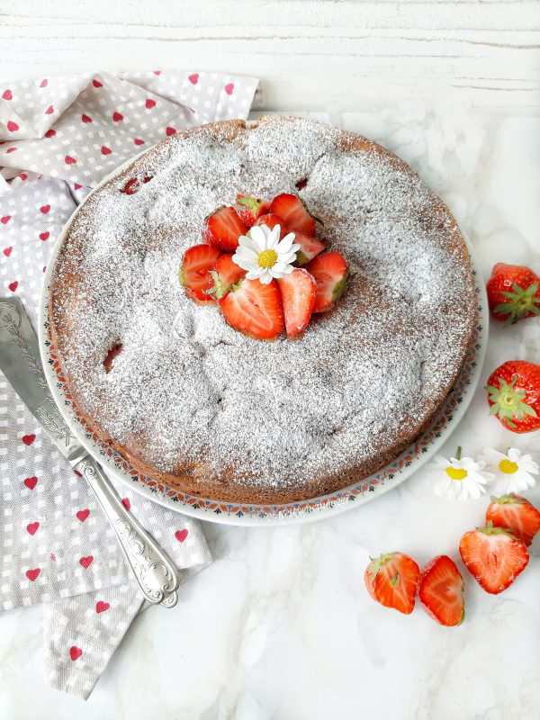 Mettiamo su un piatto da portata spolveriamo con lo zucchero e guarniamo con delle fragole fresche.