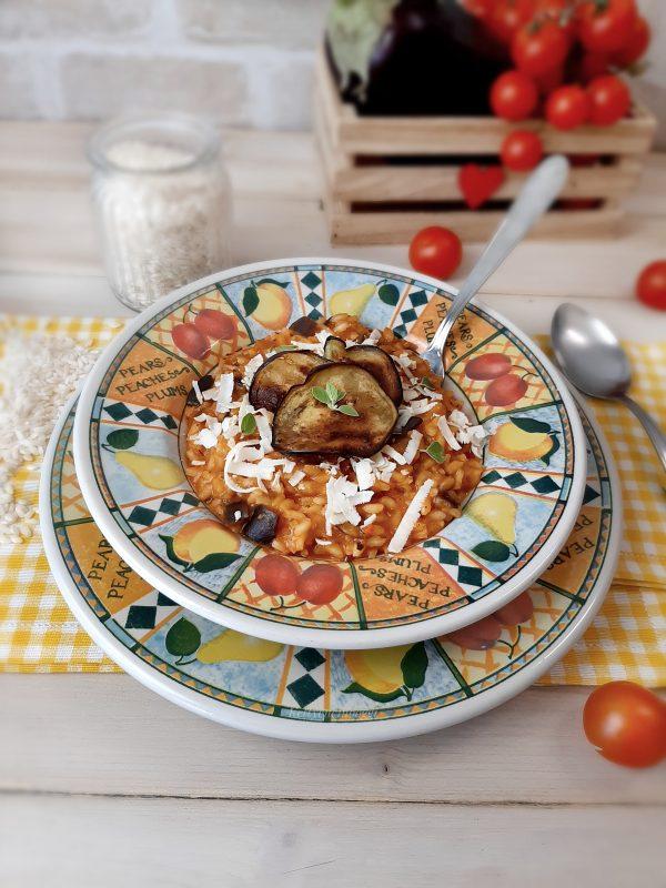 Servire il risotto con fette di melanzane, infine una generosa grattugiata di ricotta salata e foglie di basilico fresco.