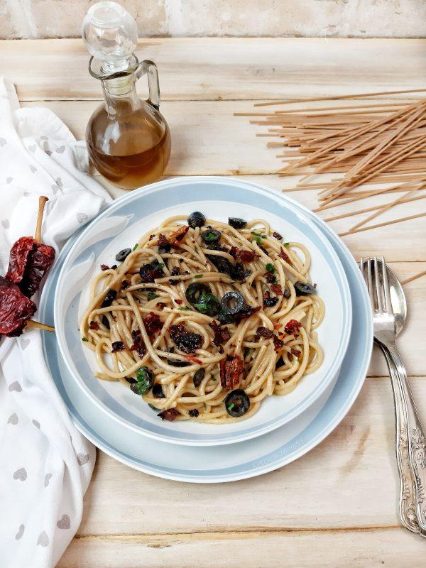 Concludiamo il piatto unendo i peperoni cruschi e del prezzemolo fresco.