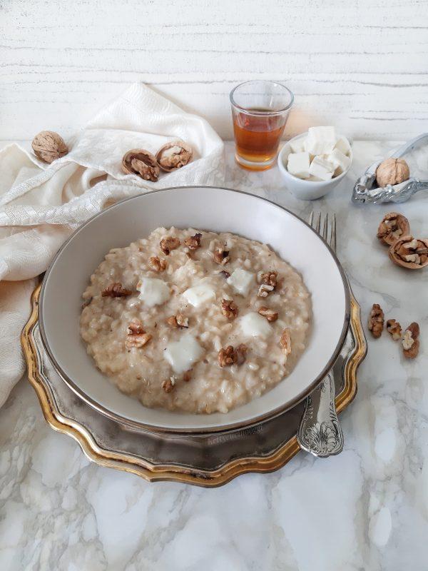 Serviamo a tavola ben caldo con fettine di taleggio e gherigli di noci.